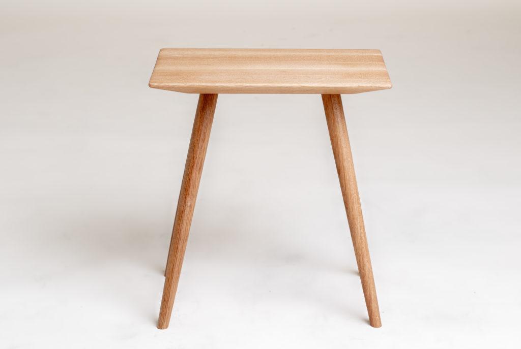 Keiju puinen sivupöytä kahvipöytä siro sohvapöytä yöpöytä design Arto Halmetoja